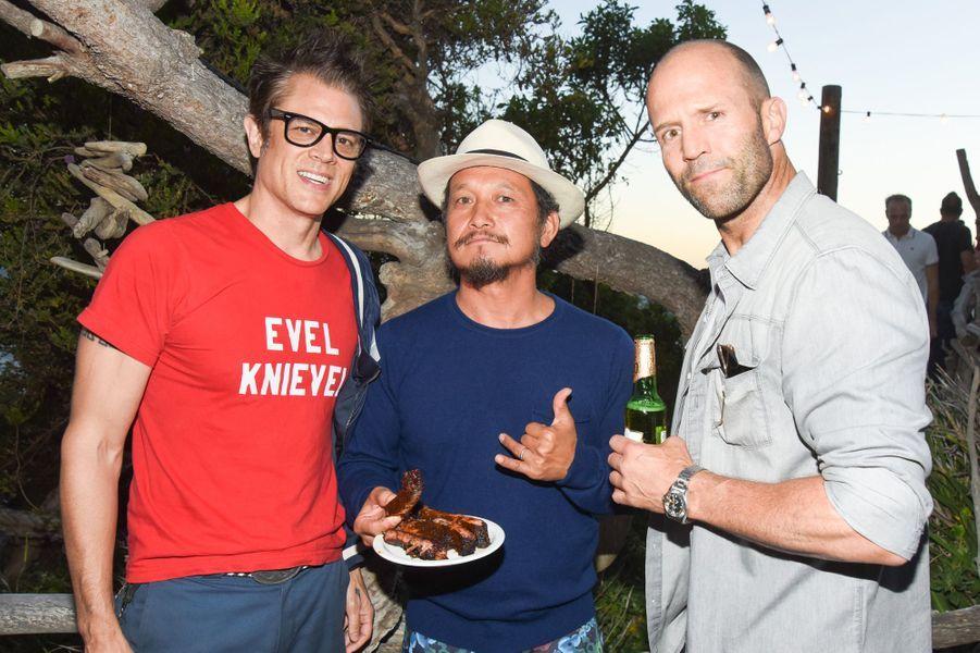 Jason Statham (D), Takuji Masuda et Johnny Knoxville célébraient le lancement de la nouvelle marque de Kelly Slater samedi dernier.