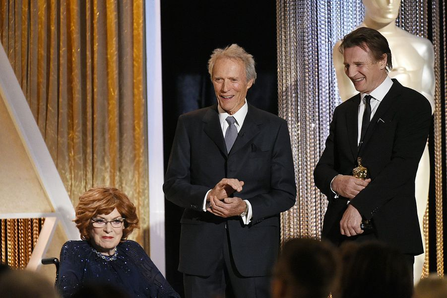 Clint Eastwood et Liam Neeson récompensant Maureen O'Hara
