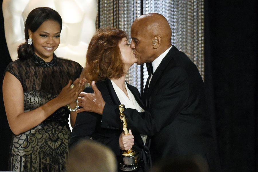 Susan Sarandon embrassant Harry Belafonte