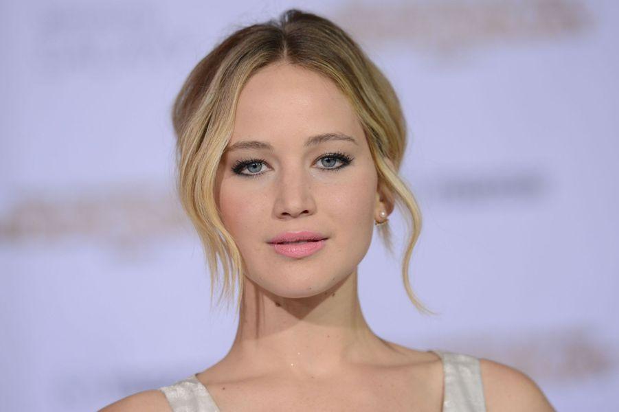 Comme chaque année, le magazine «Forbes» a révélé sa traditionnelle liste des actrices les mieux payées au monde. Pour cette édition 2015, la comédienne Jennifer Lawrence s'impose férocement en tête du classement avec des revenus estimés à 52 millions de dollars, un joli record. À 25 ans, la vedette de la saga «Hunger Games» peut se targuer d'avoir touché le gros lot en l'espace de douze mois (le classement est établi pour la période allant de juin 2014 à juin 2015).Celle qui avait décroché de l'Oscar de la meilleure actrice en 2013 pour son rôle dans «Happiness Therapy» fait mieux que l'an passé en gagnant 18 millions de dollars de plus, notamment grâce au dernier volet de «Hunger Games». Sorti fin 2014, «La Révolte : Partie 1» avait récolté 752 millions de dollars dans le monde.Scarlett Johansson, Melissa McCarthy ou bien encore Fan Bingbing la talonnent de loin, avec respectivement 33,5, 23 et 21 millions de dollars. À noter que l'actrice et chanteuse chinoise est la seule personnalité étrangère à avoir intégré le classement. Une nouvelle reine du septième art s'impose à Hollywood.Découvrez le classement complet dans notre diaporama.