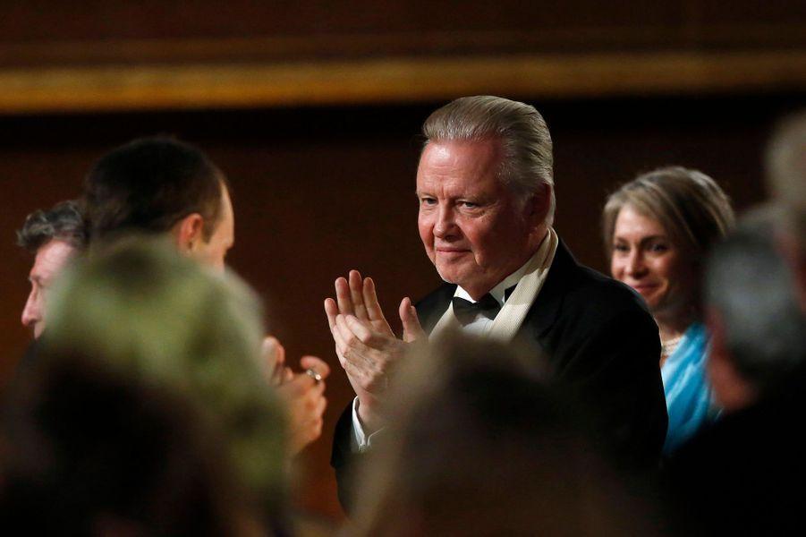 Jon Voight, le père d'Angelina Jolie, applaudit la récompense de sa fille