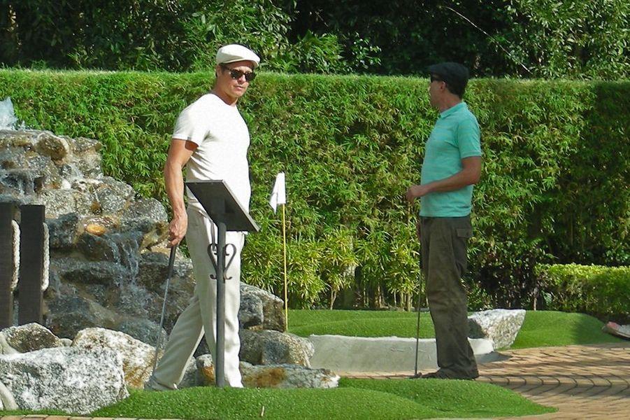 Brad, Angie et Shiloh jouent au golf, le 25 décembre 2015
