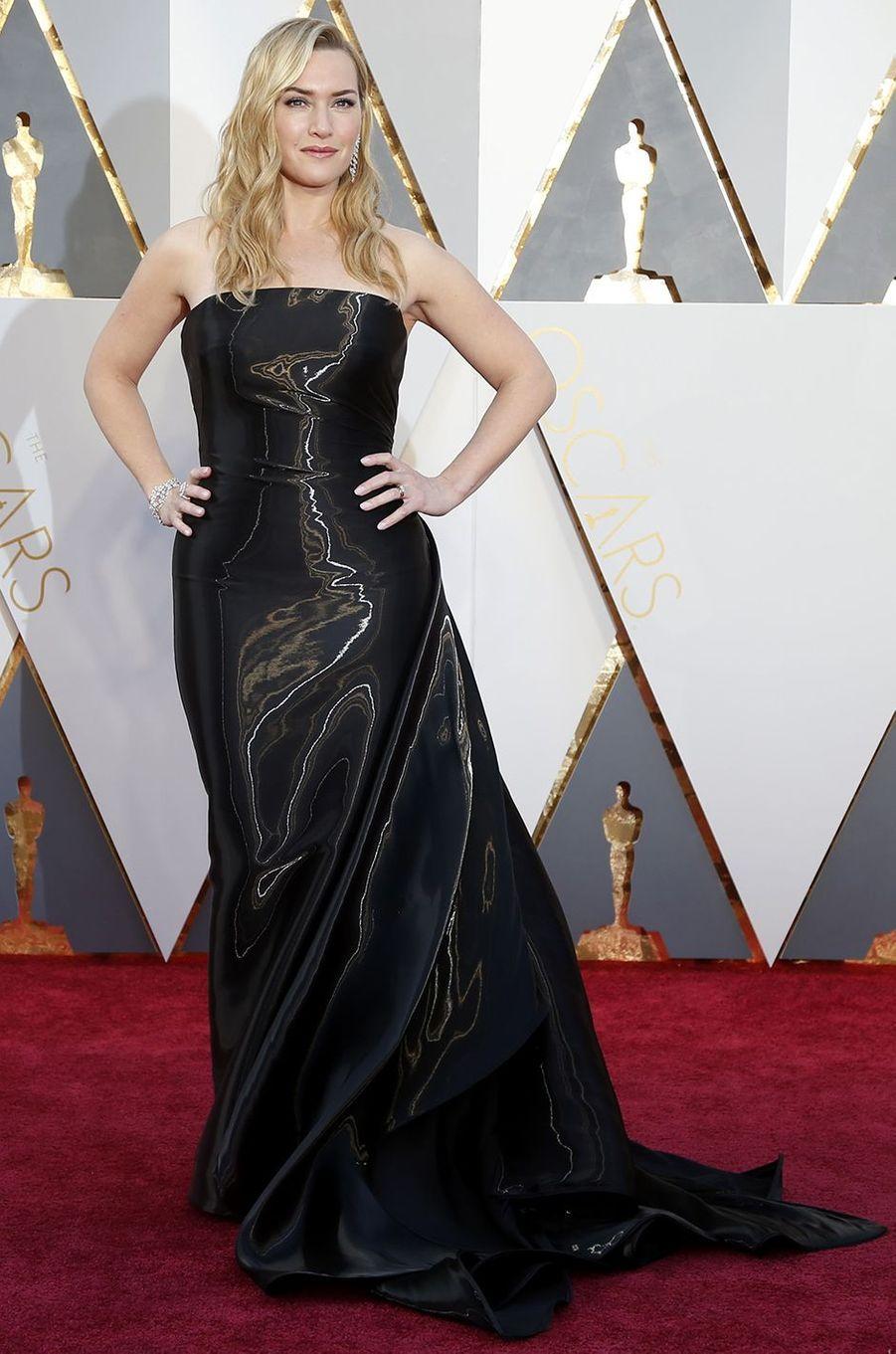 Ce dimanche, de nombreuses stars ont foulé le tapis rouge du Dolby Theater, à Hollywood, pour se rendre à la 88ème cérémonie des Oscars. Parmi les tenues les plus attendues, on peut compter celles qui ont été portées par Brie Larson (Gucci), Jennifer Lawrence (Dior), Kate Winslet (Ralph Lauren) ou bien encore Alicia Vikander (Louis Vuitton), toutes nommées dans la catégorie «meilleure actrice» et «meilleure actrice dans un second rôle».La cérémonie des Oscars en direct avec Paris MatchEn images:tous les looks du tapis rouge des Oscars 2016En images:les plus belles images de la cérémonieSi les maisons Chanel, Calvin Klein, Versace et Armani ont été choisies à plusieurs reprises par les célébrités, la griffe Marchesa est celle qui a attiré le plus de fidèles. Heidi Klum, Sofia Vergara, Isla Fisher, Chrissy Teigen et Jennifer Jason Leigh ont toutes été séduites par des pièces vaporeuses faites de tulles ou incrustées de perles.Parmi les plus belles tenues figurent également celles de Cate Blanchett (Armani), Rooney Mara (Givenchy), Charlize Theron (Dior), Jennifer Garner (Atelier Versace), Rachel McAdams (August Getty Atelier) et Daisy Ridley (Chanel).Votez pour votre robe préférée des Oscars 2016 dans notre diaporama ci-dessus.