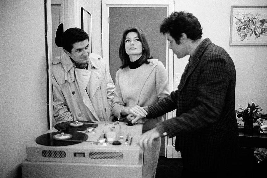 Anouk Aimée, Pierre Barouh et Claude Lelouch devant la table de montage, mai 1966