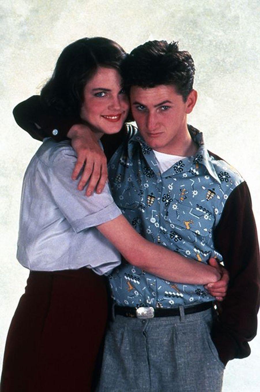 Ce lundi 17 août, Sean Penn fête son 55e anniversaire. Des célébrations qui interviennent trois mois après sa rupture avec l'actrice Charlize Theron, qu'il fréquentait depuis décembre 2013. Avant de rencontrer l'égérie Dior, l'acteur et réalisateur américain a accumulé les conquêtes. Florilège en images.---En 1983, Sean Penn s'éprend d'Elizabeth McGovern sur le tournage du film «Les moissons du printemps», de Richard Benjamin. À cette époque, l'acteur est âgé de 24 ans. Après des mois d'idylle, le couple se fiance, mais Elizabeth a du mal à supporter le fort caractère du comédien, qu'elle quitte après deux ans de relation. «Mon couple avec Sean était très important. […] Mais il y a un fort côté dramatique dans sa vie», expliquait-elle au «Daily Mail».