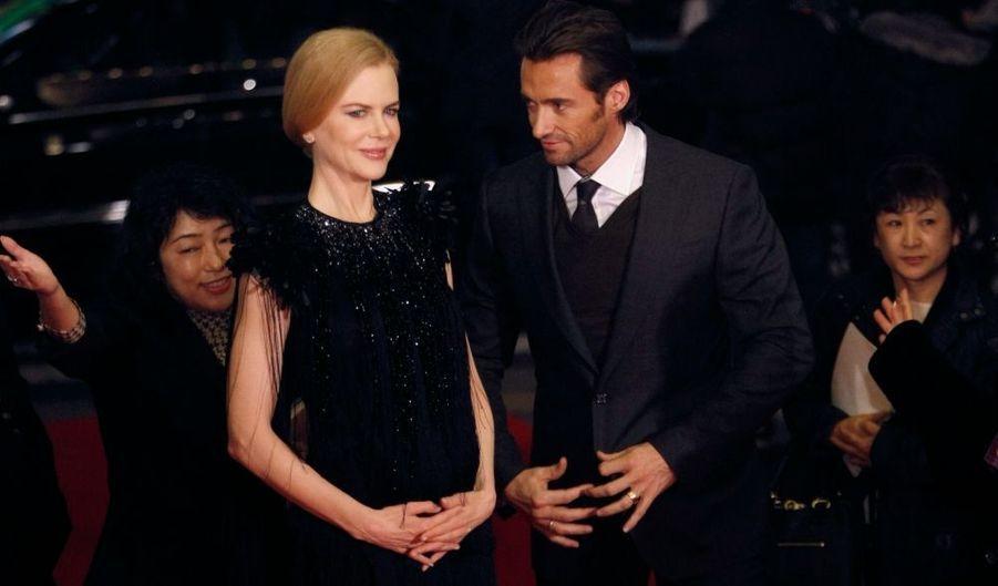 """Depuis la promotion de son film """"Australia"""" à Tokyo mercredi soir, les rumeurs vont bon train sur une éventuelle nouvelle grossesse de Nicole Kidman dans les médias américains. En cause : des photos d'elle tenant son ventre lors de cette soirée... la preuve en image."""