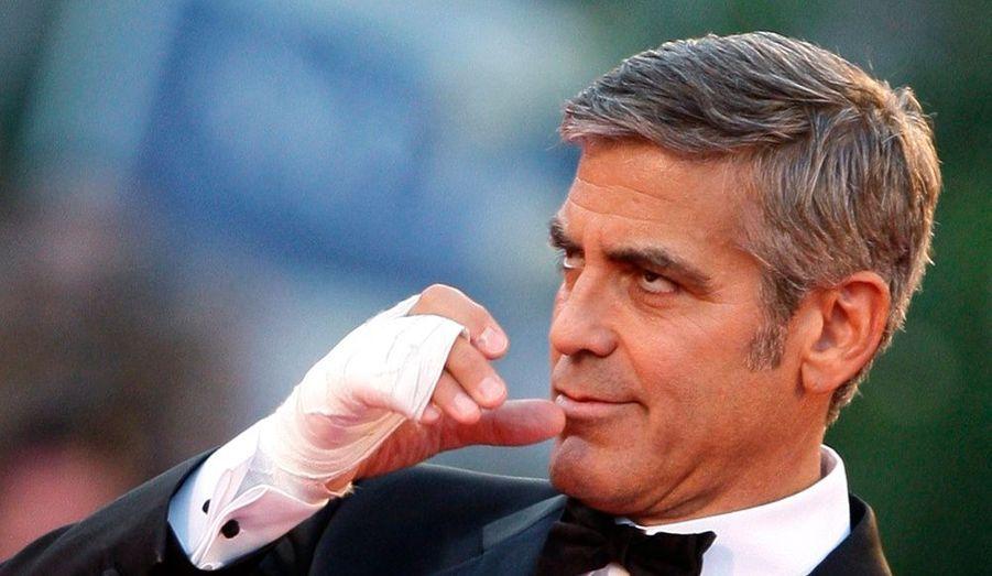 George Clooney arborait un bandage sur sa main droite. Et pour cause... Il s'est cassé la main le 12 août dernier dans sa résidence du lac de Côme.