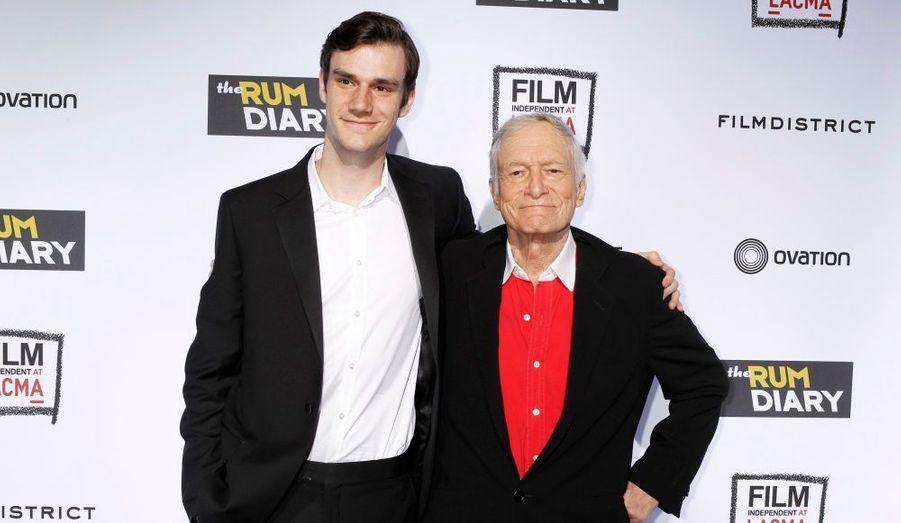 """Le fondateur du magazine """"Playboy"""" n'est pas venu accompagné d'une de ses (nombreuses) petites-amies mais de son fils Cooper."""