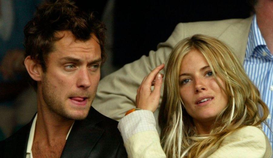 Tout juste remis de son divorce, Jude Law tombe dans les filets de Sienna Miller. Une histoire d'amour qui se termine par une affaire d'adultère, Jude craquant pour la nounou engagée par le couple.