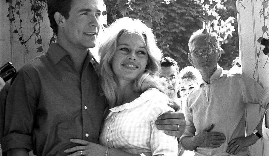 L'après-midi, devant la maison des Bardot, ce sera enfin l'armistice pour « Babette s'en va-t-en guerre » et la première photo « officielle » de M. et Mme Jacques Charrier enfin souriants.