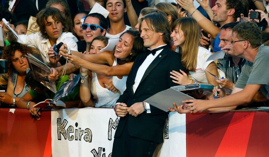 "Viggo Mortensen pose avec ses fans avant la projection du film ""A Dangerous method""."