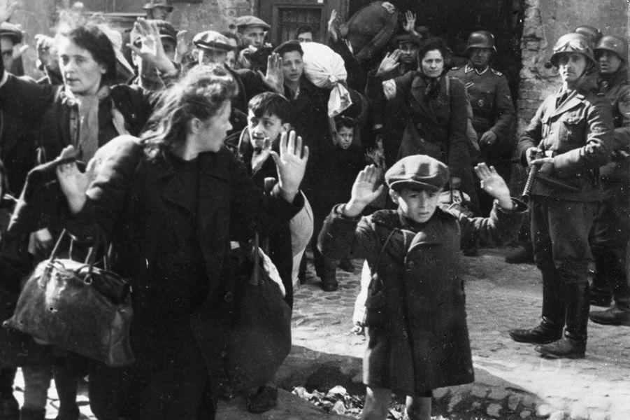 En 1955, «Nuit et Brouillard», court métrage d'Alain Resnais sur les camps de concentration, est en passe de créer un incident diplomatique entre la France et l'Allemagne. Pour éviter tout remous, le Festival décide de le retirer de la compétition.
