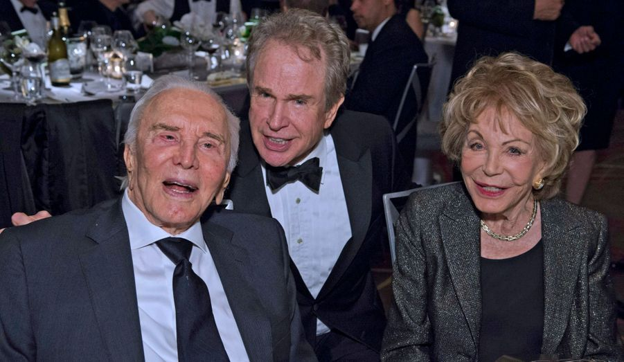 Kirk et Anne Douglas entourent Warren Beatty