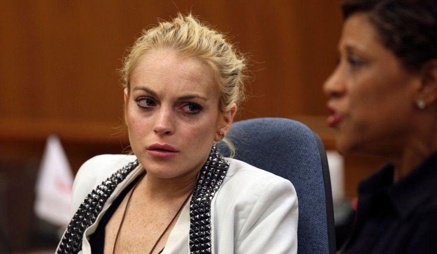 84 minutes exactement... Pour avoir conduit en état d'ivresse et sous l'emprise de substances illicites, Lindsay a été condamnée à suivre un programme de lutte contre l'alcoolisme et à... 84 minutes de prison. Sa période de probation - trois ans - a été prolongée d'une année supplémentaire vendredi.