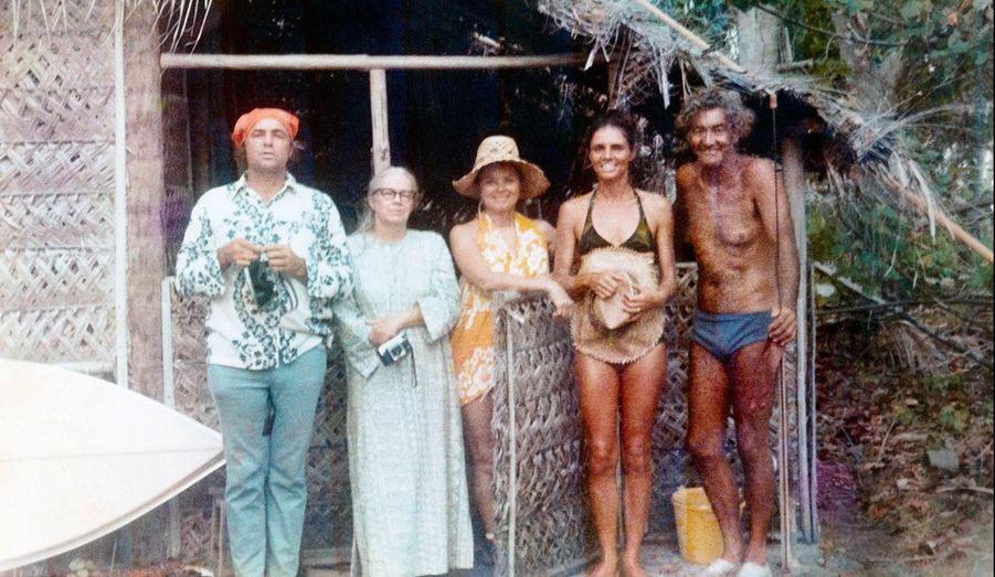 Photo de famille très décontractée : Marlon coiffé en pirate, sa sœur Jocelyn, et ses amis Alice, Tea et Paul Faugerat, un grand propriétaire (mort en mars dernier).