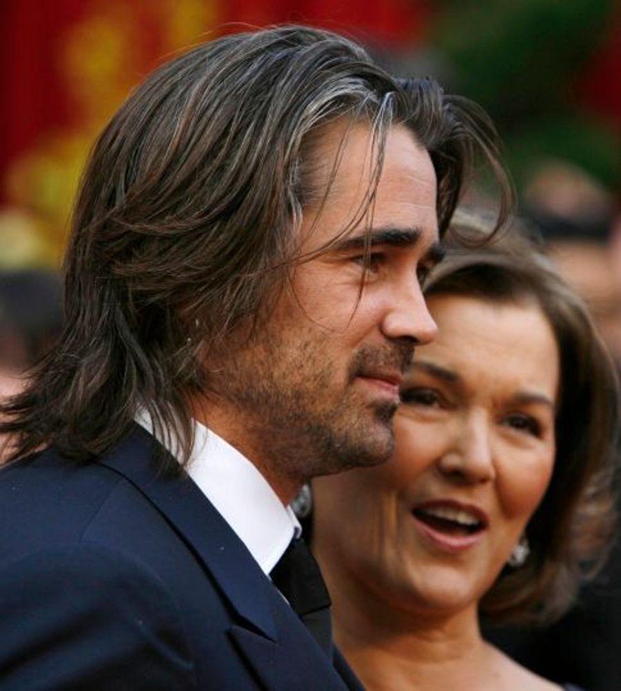 A l'occasion de la 80ème cérémonie des Oscars, Colin Farrell semble touché de fouler le tapis rouge avec sa mère, Rita.