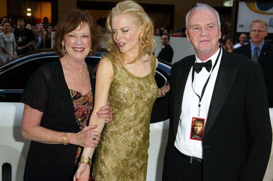 """Nicole Kidman et ses parents à la première du film """"Cold Mountain'"""" à Sydney en Australie, le 17 janvier 2003."""