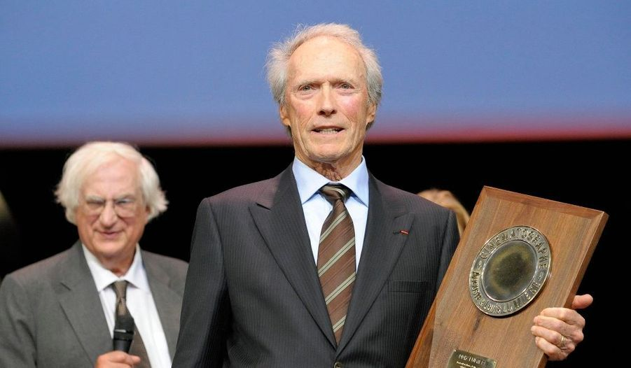 L'hommage de la ville française du cinéma au plus grand des réalisateurs américains. Clint Eastwood a été récompensé du premier prix Lumière, samedi, à Lyon.
