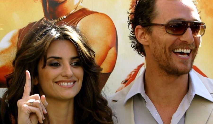 En 2005, Penelope Cruz s'affiche aux bras de Matthew McConaughey (Sahara) mais pour quelques mois seulement. L'acteur fait la connaissance d'un top model brésilien Camila Alves avec qui il a un fils, Levi Alves, né le 7 juillet 2008 à Los Angeles. Elle attend son second enfant.