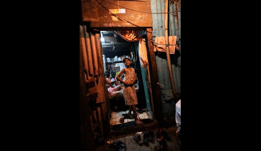 Elle improvise quelques pas de danse sur le palier de la pièce de 12 mètres carrés où elle vit avec sa famille.