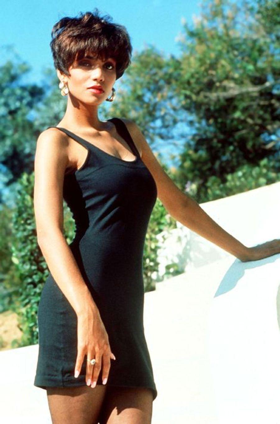 L'actrice Halle Berry est aussi mannequin (1979).