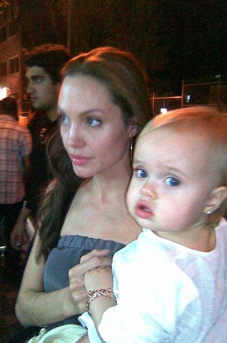 Angelina Jolie avec sa fille Vivienne dans ses bras, octobre 2009.