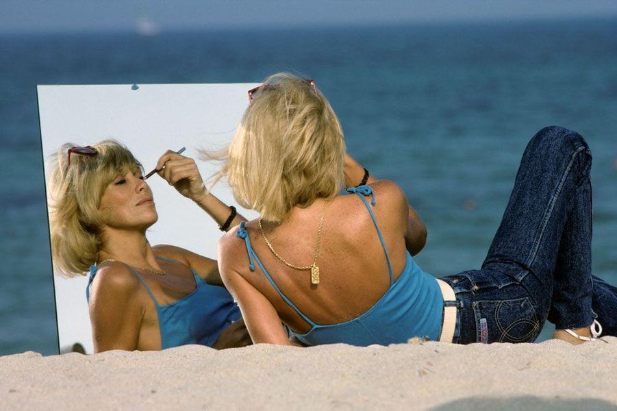 Mai 1982, Mireille Darc prend la pose sur la plage, face au miroir