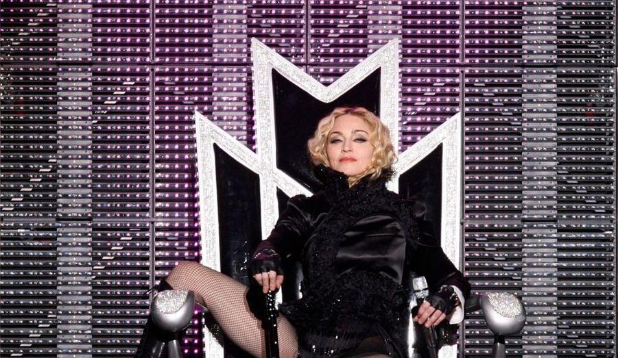"""Lors d'une interview donnée au magazine Brazi'ls Quem, le père de Jesus Luz - mannequin de 22 ans et petit-ami de Madonna, a confié que le couple était """"très heureux"""" et qu'une cérémonie kabbalistique était prévue pour les unir. """"La cérémonie de la Kabbale, qui fera le lien entre mon fils Jésus-Luz et Madonna, ne fait que confirmer qu'il est heureux. Je ne sais pas s'il y aura en effet un vrai mariage entre Madonna et mon fils. Ce sera en effet une sorte de rituel, mais je ne sais pas si cela aura une valeur juridique"""" a déclaré le père du jeune homme."""