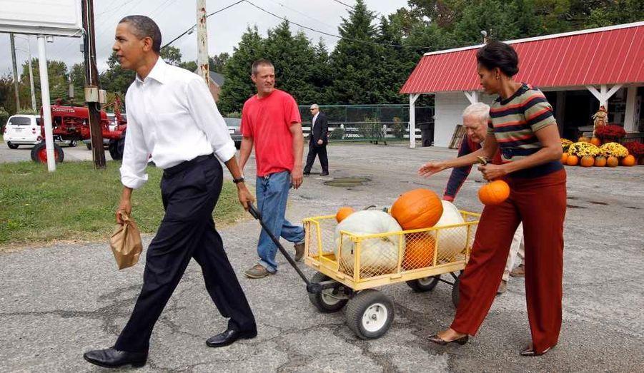 Le président américain Barack Obama, à Hampton, en Virginie, tire une charrette chargée de citrouilles pour décorer la Maison Blanche à l'occasion d'Halloween, une fête incontournable aux Etats-Unis, célébrée le 31 octobre.