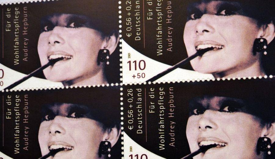 Le portrait d'Audrey Hepburn sur des timbres rares, interdits à la circulation, ont fait sauter la banque. Une collectionneur a déboursé 430000 euros pour s'emparer des dix timbres samedi soir lors d'une vente aux enchères organisée à Berlin.