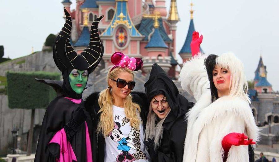 Paris Hilton fête Halloween à Disneyland Paris.