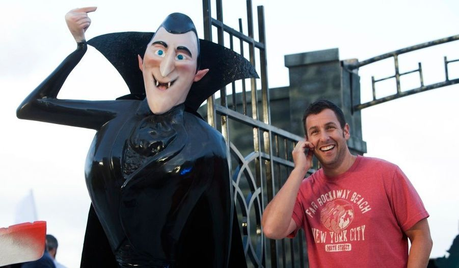 """L'acteur Adam Sandler pose à côté du personnage de Dracula lors de la présentation du film d'animation """"Hôtel Transylvanie"""" à Cancun."""