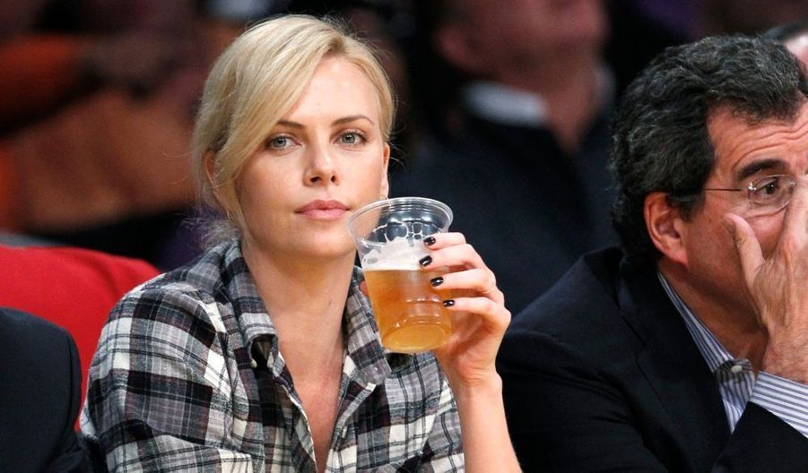 Charlize Theron à un match de NBA opposant les Lakers à Oklahoma City, à Los Angeles.