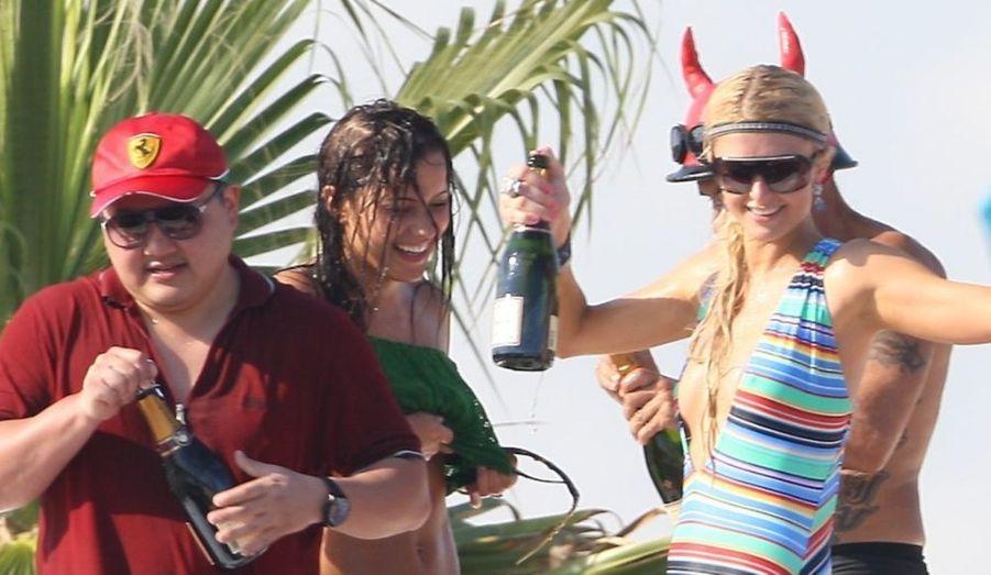 De passage à Saint-Tropez après un détour enfumé en Afrique du Sud, Paris Hilton retrouve le sens de la vie, et surtout de l'oisiveté, en buvant du champagne sur la plage.