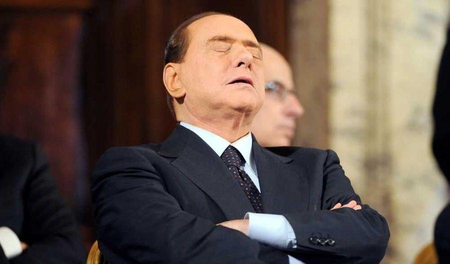 Silvio Berlusconi, qui participait hier la cérémonie annuelle d'échange de voeux au Palais du Quirinal, résidence officielle du président de la République Giorgio Napolitano … s'est endormi.