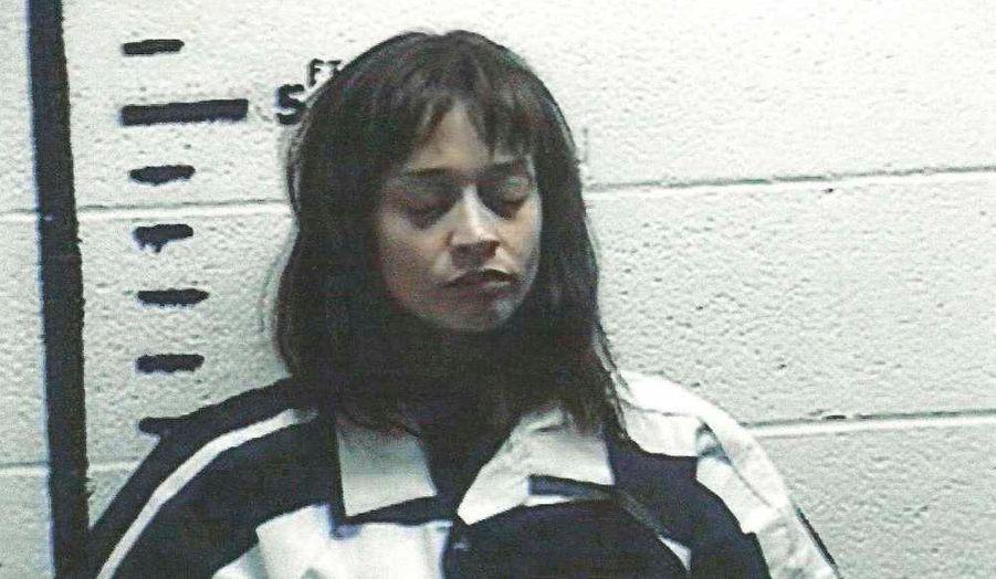 La chanteuse Fiona Apple a été arrêtée mercredi à Sierra Blanca, au Texas, pour possession de marijuana, a révélé le site américain TMZ. C'est lors d'un contrôle de routine de son bus de tournée que la police a fait cette découverte compromettante, précise le site américain. La jeune femme, qui n'a pas nié les faits, a passé la nuit à la prison d'Hudspeth County, avant d'être libérée contre caution de 10 000 dollars ce matin.
