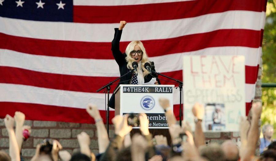 """Lady Gaga, qui a souvent clamé son soutien à la cause des soldats gays -et entretient le doute sur son véritable sexe-, était en campagne à Portland lundi pour appeler les Américains à protester contre la loi du """"Don't ask don't tell"""" (ne rien demander, ne rien dire), qui réduit au silence les homosexuels dans l'US Army. Le Sénat s'apprête à examiner mardi un projet de loi de finance de la Défense dans lequel figure un amendement visant à mettre fin à la loi """"Don't ask, don't tell"""". Si 60 sénateurs sur 100 votent """"oui"""", une première étape vers l'abrogation de la loi sera franchie."""
