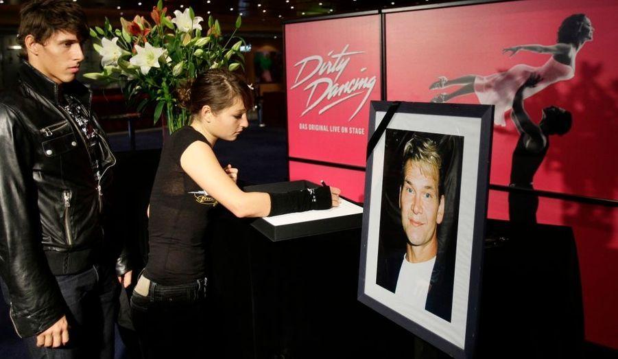 A l'annonce de la mort de Patrick Swayze, lundi soir, ses fans ont tenu à lui rendre hommage et adresser des messages de soutien à sa famille, au Broadway Theatre.