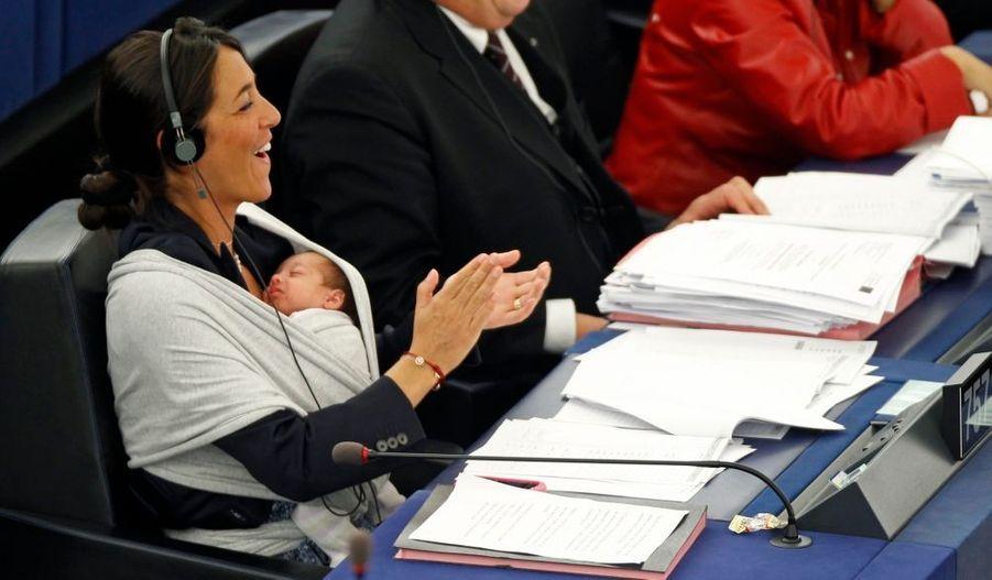 """Licia Ronzulli, une eurodéputée italienne de 35 ans, a pris part aux débats et aux votes, mercredi à Strasbourg, en portant ostensiblement sur le ventre son nouveau-né emmailloté dans une écharpe. Membre du Peuple de la liberté, le parti du président du Conseil Silvio Berlusconi, elle a dit vouloir sensibiliser ses collègues à la difficulté d'être à la fois mère et de travailler. """"Je suis ici symboliquement avec ma fille Victoria pour que l'on pense à toutes les femmes qui ne parviennent pas à concilier grossesse et emploi, vie professionnelle et vie familiale"""", a-t-elle dit au moment des votes. """"Je souhaiterais que les institutions européennes se préoccupent davantage de ce problème, à commencer par le Parlement européen, pour que nous puissions toutes mener à bien ces deux vies"""", a-t-elle ajouté."""