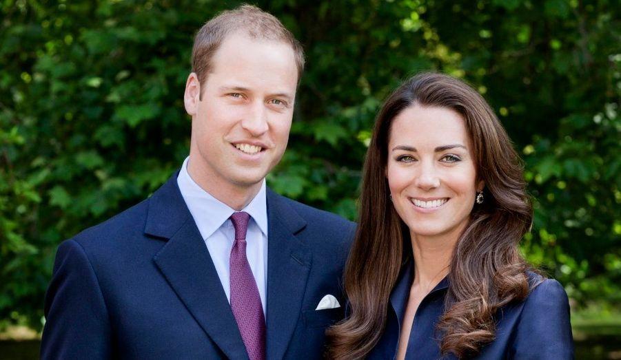 Le prince William et la duchesse de Cambridge ont posé pour un portrait officiel dans les jardins de Clarence House, à l'occasion de leur premier voyage au Canada.