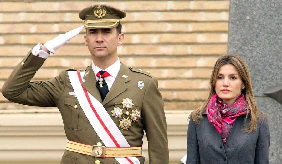 Le Prince Felipe et son épouse la Princesse Letizia assistent à un défilé militaire à Saragosse.