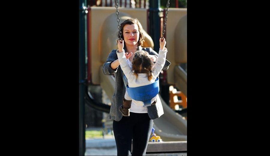 Milla Jovovich joue avec sa fille, Ever, dans un parc de Beverly Hills.