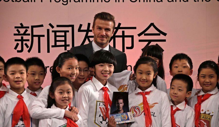 David Beckham, la nouvelle star du PSG, pose avec des élèves d'uneécole primaire de Pékin. Il est arrivé dans la capitale chinoise pour honorer son rôle d'ambassadeur du championnat national de football.