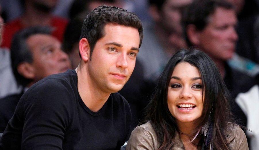 Malgré le scandale des photos volés, Vanessa Hudgens garde le sourire aux côtés de Zach Levy, lors d'un match de basket des Los Angeles Lakers.