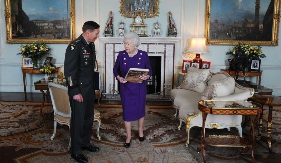 La Reine Elizabeth rencontre le général américain David Petraeus, commandant en chef des forces de l'Otan en Afghanistan, à Buckingham Palace.