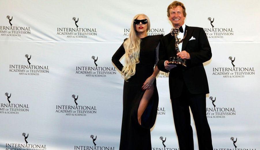 La chanteuse Lady Gaga a posé avec le lauréat Nigel Lythgoe lors de la cérémonie International Emmy Awards à New York.