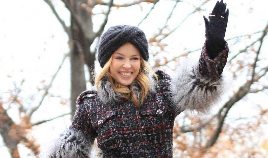 Kylie Minogue, qui était à l'honneur sur l'un des chars de la parade de Thanksgiving à New York, a fait sensation avec son manteau en tweed et en fourrure Chanel, son turban en grosse maille, ses cuissardes et gants en cuir.