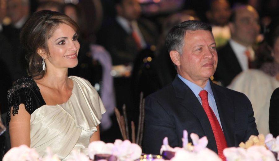 La Reine de Jordanie, la divine Rania, assiste en compagnie de son mari au gala donné par the Jordan River Foundation.