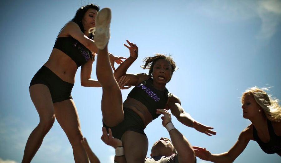 Une cheerleader des Baltimore Ravens chute lors d'un entrainement au camp de Deep Creek dans le Maryland.