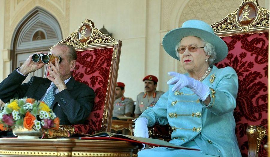 En visite officielle dans les pays du Golfe persique, la reine Elisabeth II a assisté avec son époux, le prince Philip, à des courses de pur-sangs au Sultanat d'Oman.